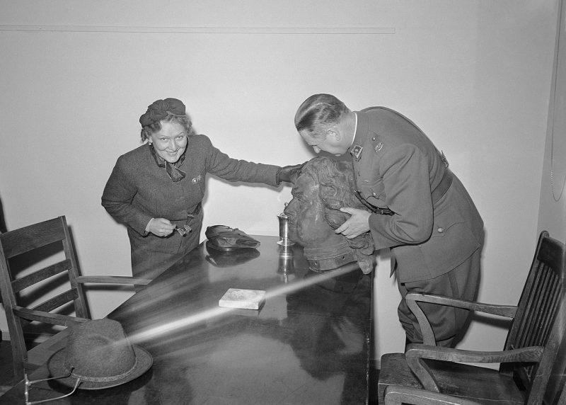 А. Туурна с головой памятника в своём кабинете в 1942 году