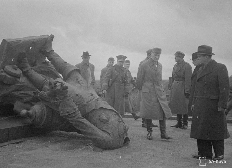 К. Г. Маннергейм, Р. Рюти и другие официальные лица у сброшенного памятника Петру I в 1941 году