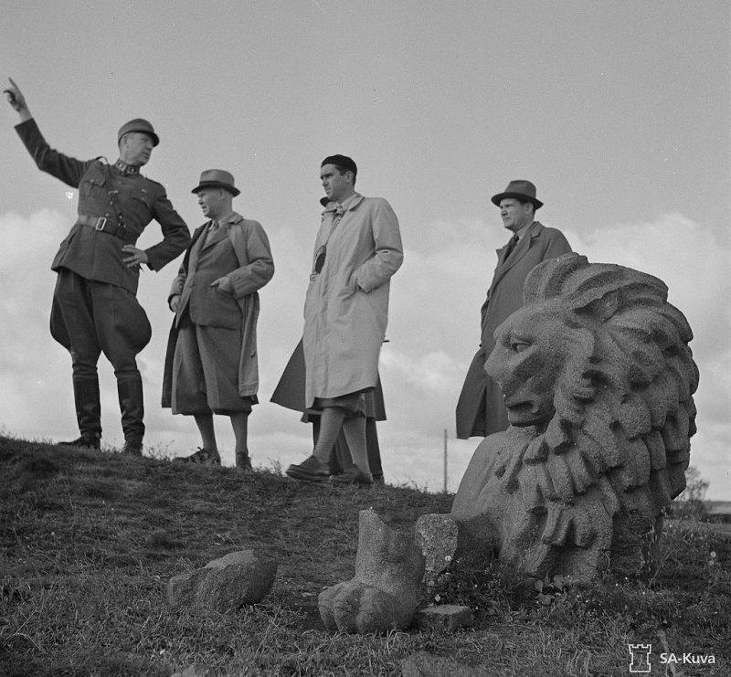 Финские военные у обломков памятника независимости Финляндии, Выборг