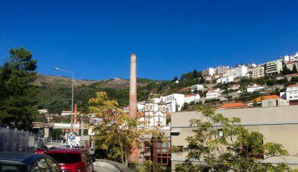 Почему университет Ковильяна в Португалии украшает фабричная труба?