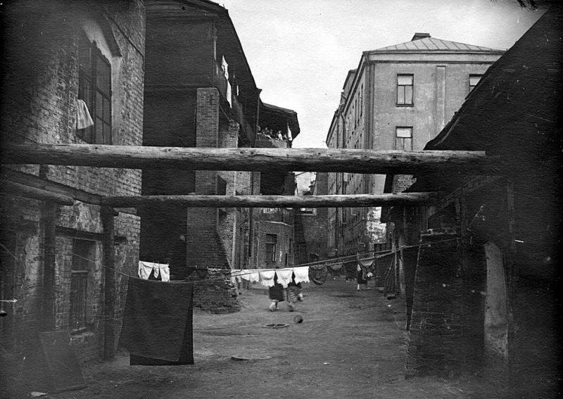 """Псковский переулок, дом № 7 / Мокринский переулок, дом № 15. Двор около """"Дома-корабля"""". Фото 1932 года"""