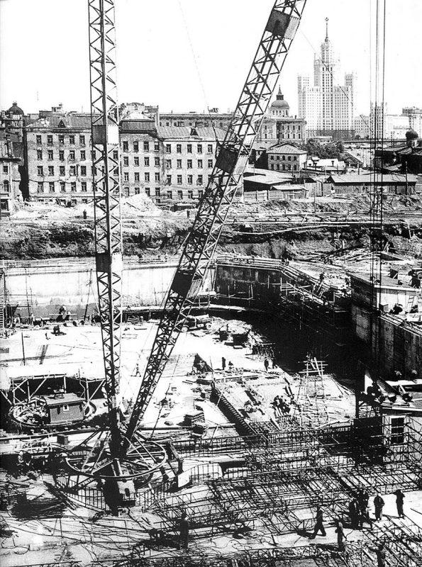 Сооружение фундамента высотного здания в Зарядье. 1952 год