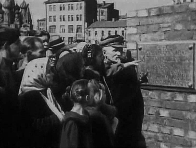 Перед памятной доской в Зарядье, посвященной закладке высотного административного здания. 1947 год