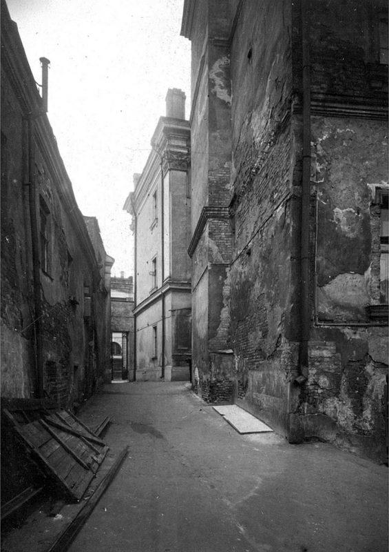 Междомовой проезд между домами №№ 10* (слева) и 12* по ул. Варварке. Вид в сторону Варварки