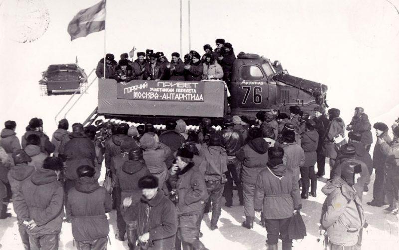 Торжественная встреча экипажа Ил-18Д на аэродроме станции Молодежная, Антарктида