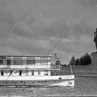 Памятник Ленину и уничтоженный памятник Сталину в Дубне