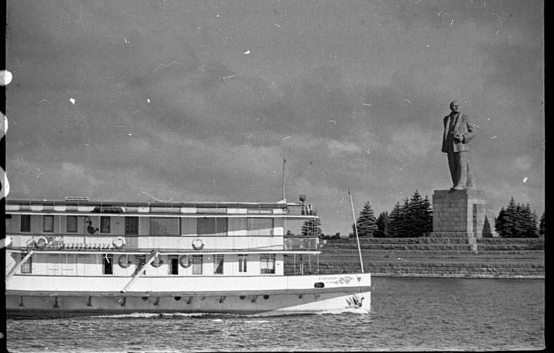 Памятник Ленину около входа в шлюз №1 канала имени Москвы. 1954 год