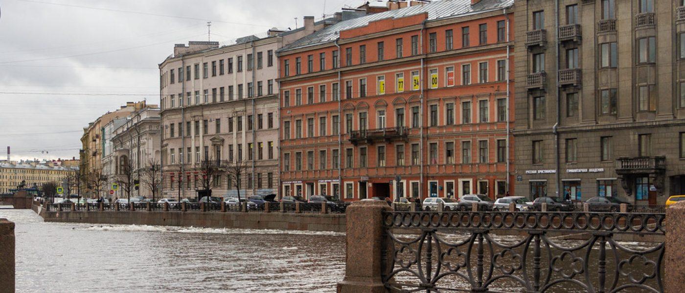 По Санкт-Петербургу на машине: улицы города в серые февральские дни