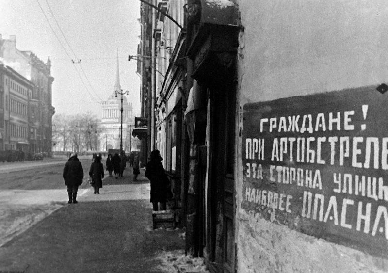 Табличка на Проспекте 25 Октября, 1943 год. Автор: Сергей Шиманский