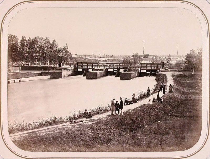 Вытегра. Местные жители на набережной, в центре-плотина Св. Сергия