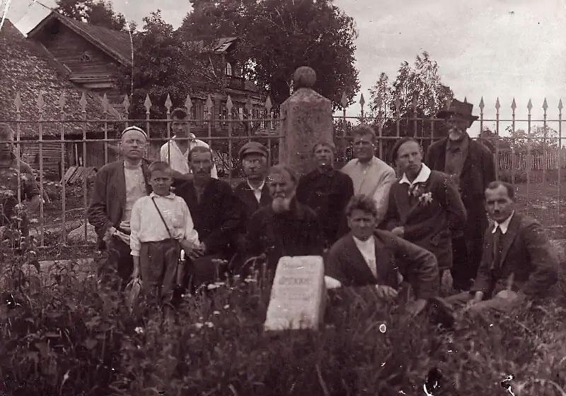 Группа лиц, знавших С.Д.Дрожжина, на могиле поэта, село Шоша