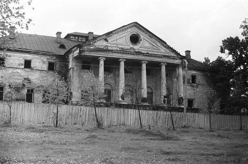 Парковый фасад главного дома усадьбы Ольгово, 1968 год