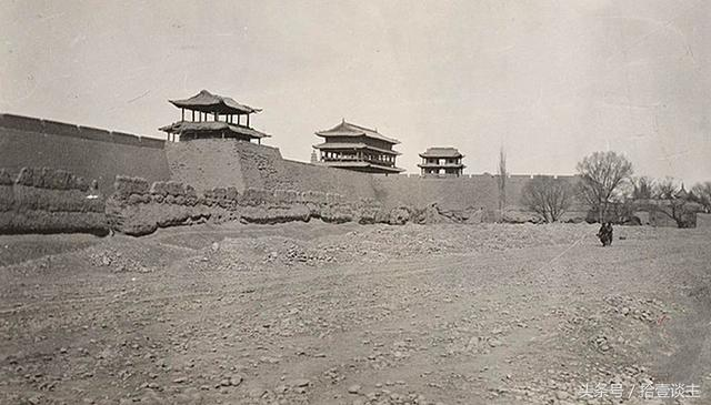 Восточные городские ворота Лянчжоу, фото 1910 года
