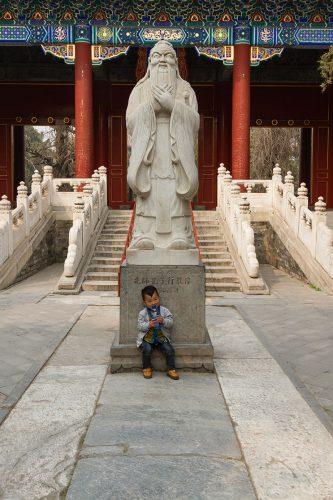 Статуя Конфуция перед вратами Дачэнмэнь в храме Конфуция, Пекин