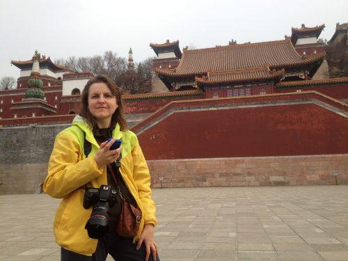 """Я на фоне буддийского комплекса """"Четыре материка"""" 四大部洲 Сыдабучжоу в парке Ихэюань"""