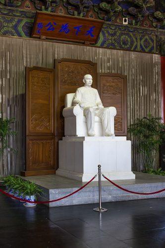 Статуя Сунь Ятсена в Зале Сунь Ятсена (中山堂 Чжуншаньтан) в Пекине