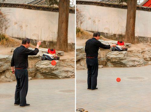 Мужчина в парке Бэйхай (Пекин) упражняется с диаболо