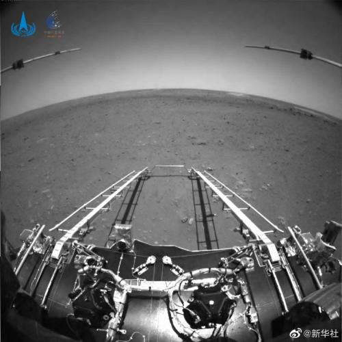Первые снимки поверхности Марса, переданные китайским марсоходом «Чжу Жун»