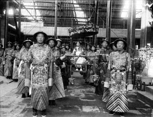 Вдовствующая императрица Цыси и дворцовые евнухи
