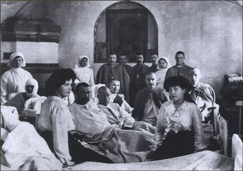 Великие княжны Мария Николаевна и Анастасия Николаевна с ранеными в лазарете Федоровского городка