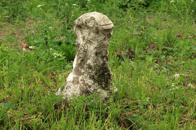 Ассаурово, надгробный камень (?) около церкви