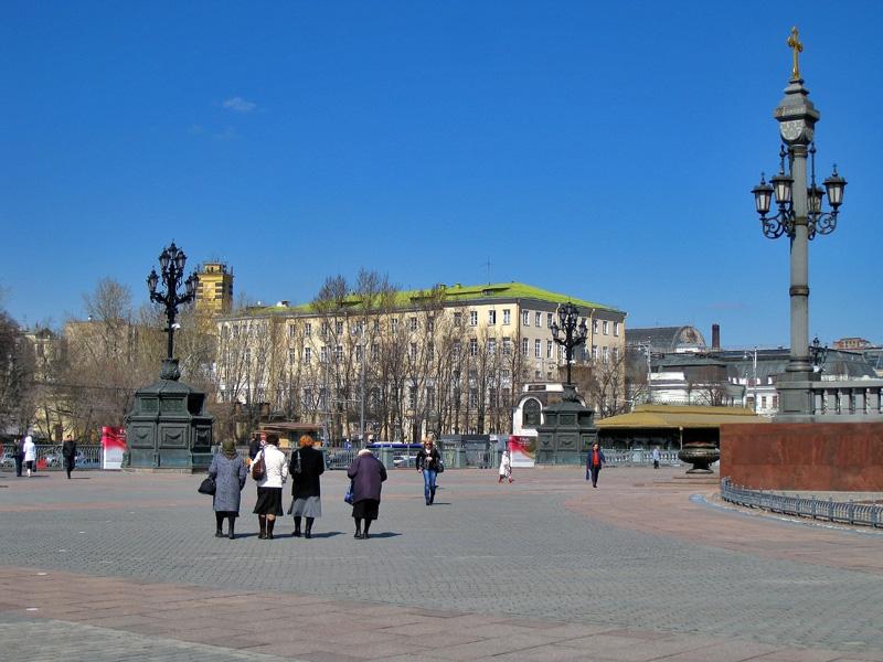 Площадь перед Храмом Христа Спасителя