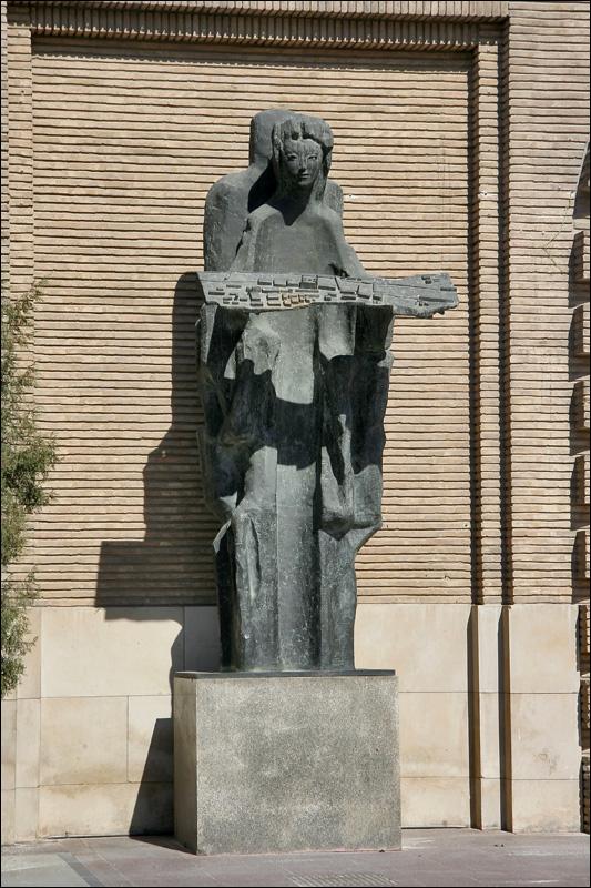 Скульптура у здания Мэрии Сарагосы