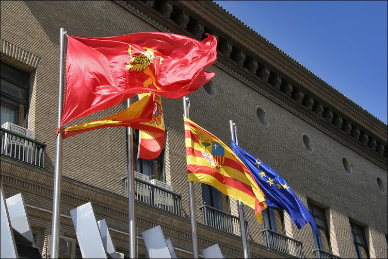 Флаги Сарагосы, Испании, Арагона и Евросоюза у здания Мэрии Сарагосы