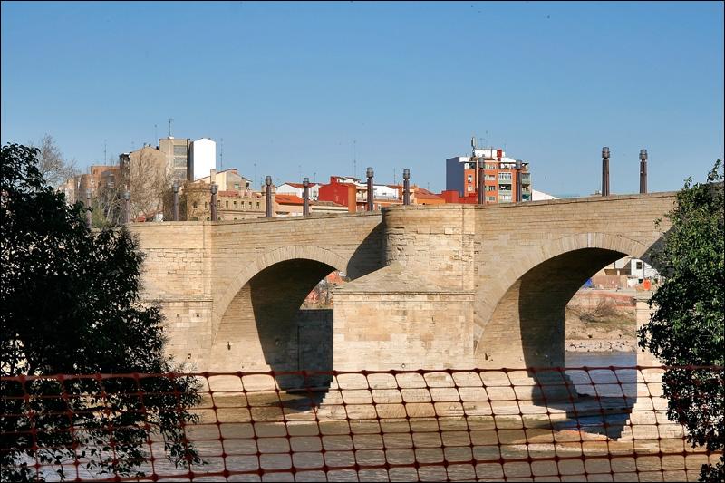 Сарагоса, Каменный (Львиный) мост XV века через Эбро на месте римского моста