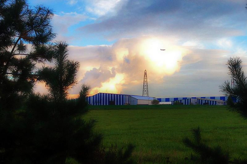 Поле, вышка, облако и самолет