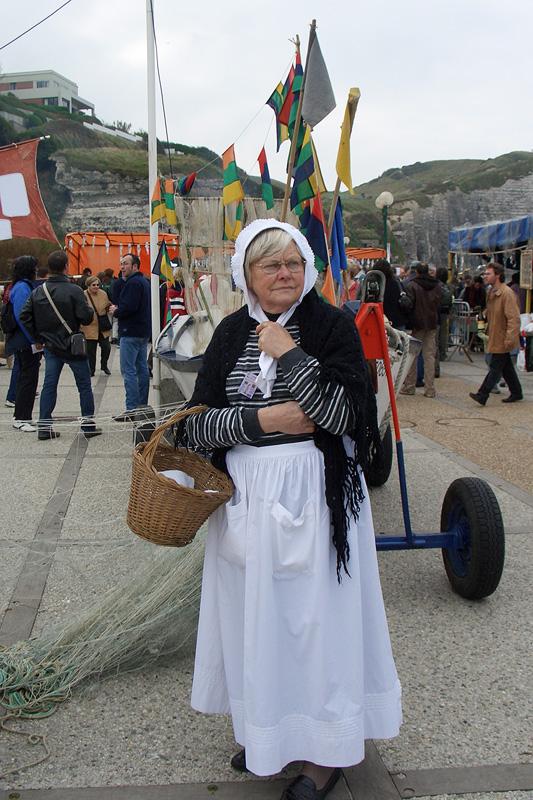 Этрета, француженка в национальном костюме