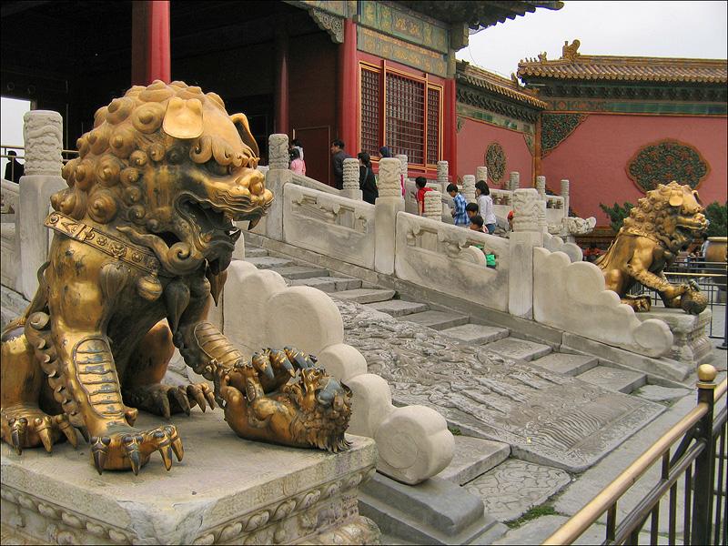 Бронзовые лев и львица перед воротами Цяньцинмэнь, Гугун