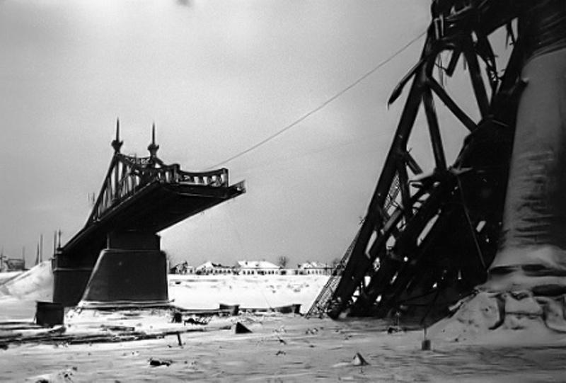 Взорванный немцами при отступлении Староволжский мост