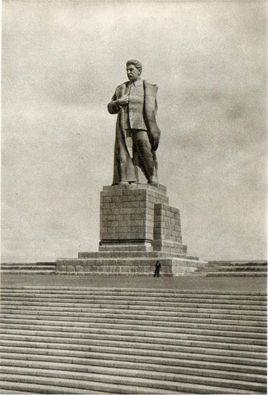 http://anashina.com/wp-content/uploads/2015/08/Stalin-1-900x1323.jpg